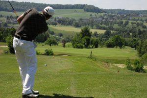 ゴルフでコースを回る際やっては行けないマナー違反は?