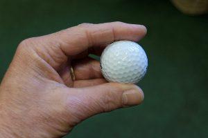 ゴルフボールをドロップする際の守るべきルールは?