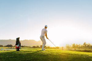 ゴルフ中に無理な体勢でショットを打つ際意識することは?